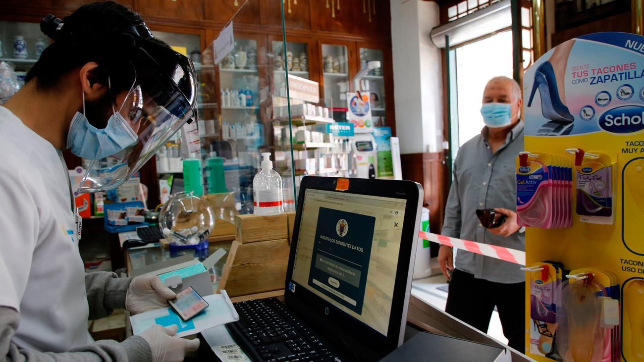 Una farmacia de Madrid despacha medicamentos