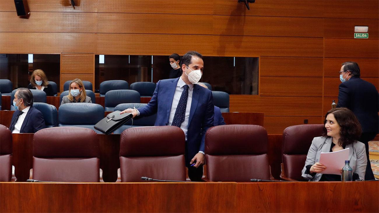 La presidenta de la Comunidad de Madrid, Isabel Díaz Ayuso conversa con el vicepresidente, Ignacio Aguado durante el pleno en la Asamblea