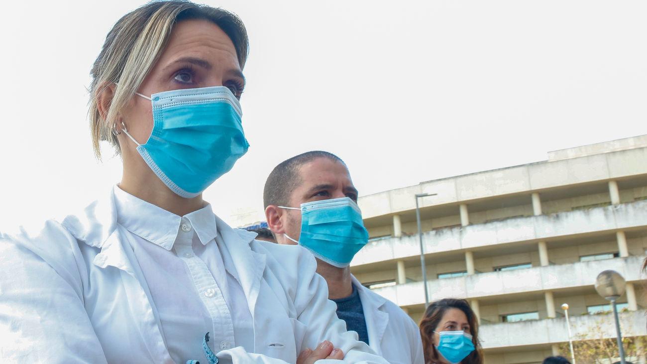 Médicos a la puerta de un hospital