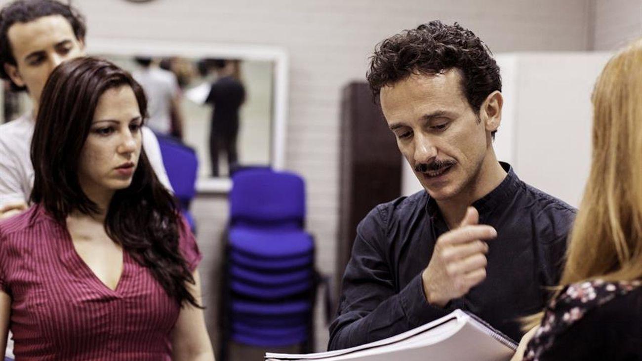 El bailarín Víctor Ullate (d) da indicaciones a sus estudiantes durante una clase.