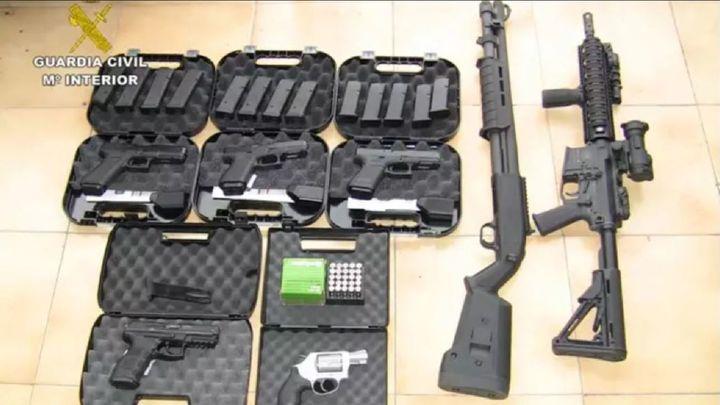 Cinco detenidos que adquirían armas con documentos falsificados de las Fuerzas Armadas