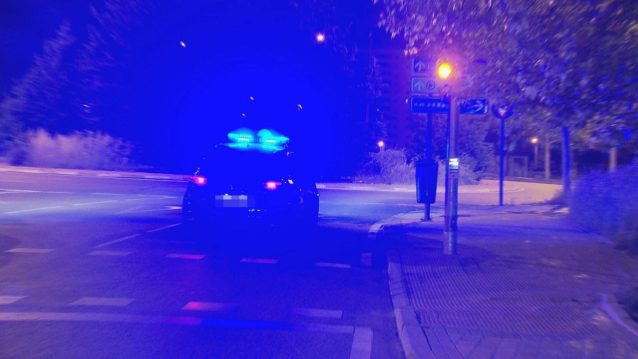 Un vehículo policial patrulla en Puente de Vallecas