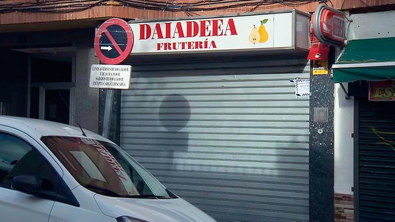 Cierran una frutería de Arganda con un bar clandestino en su trastienda