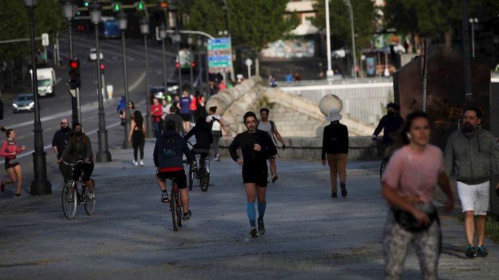 Miles de madrileños salen a pasear y hacer deporte en este dos de mayo