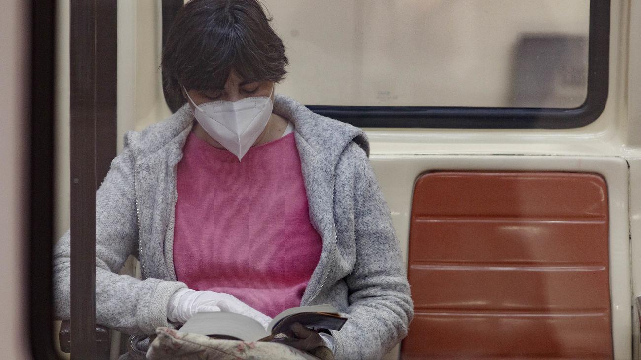 Viajera con mascarilla en el metro