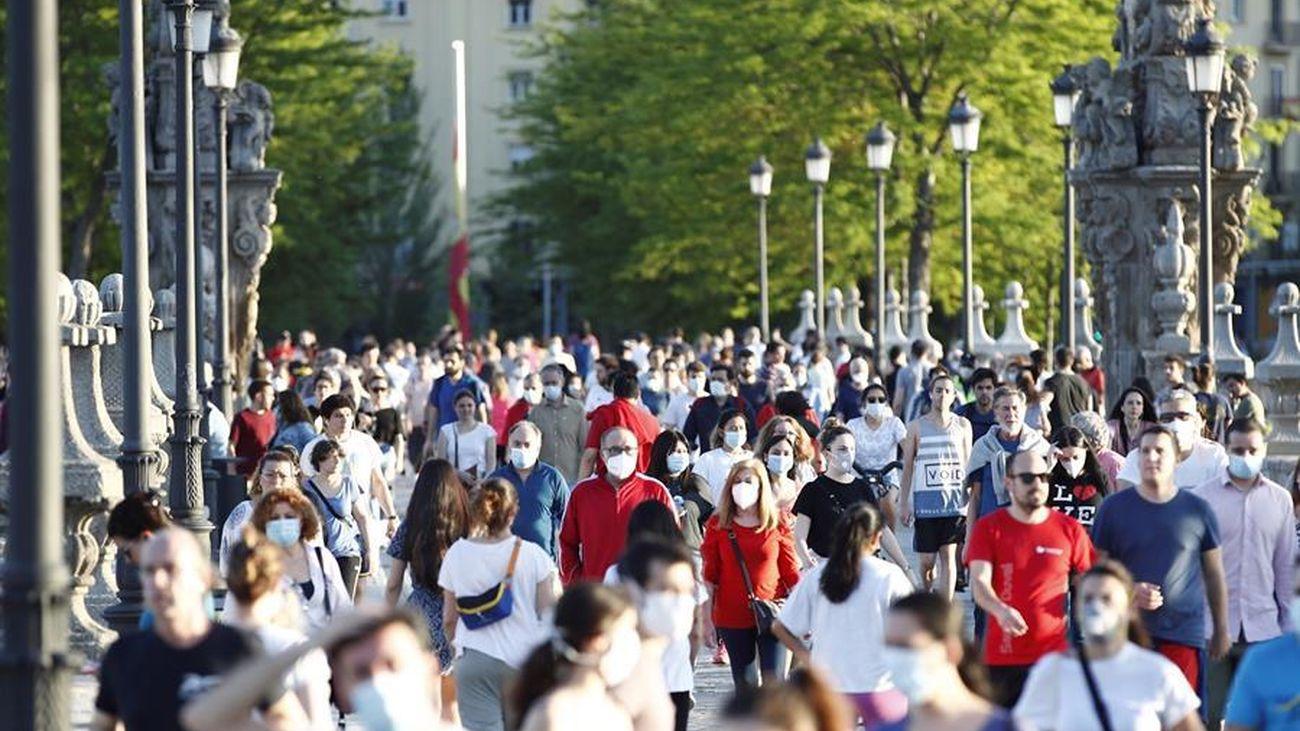 Decenas de ciudadanos salen a la calle este domingo 3 de mayo en Madrid