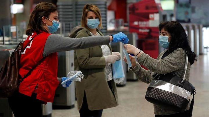 Más de 2 millones de mascarillas se reparten este lunes en Madrid en los transportes y en municipios