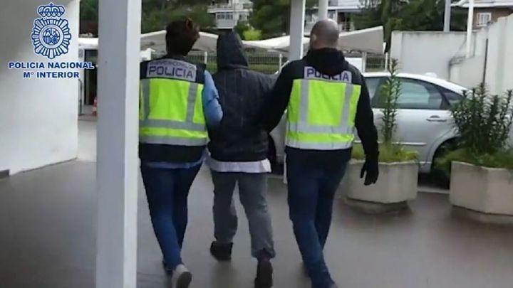 Detenido por atracar tres farmacias en Torrejón con un cuchillo grande, capucha y mascarilla