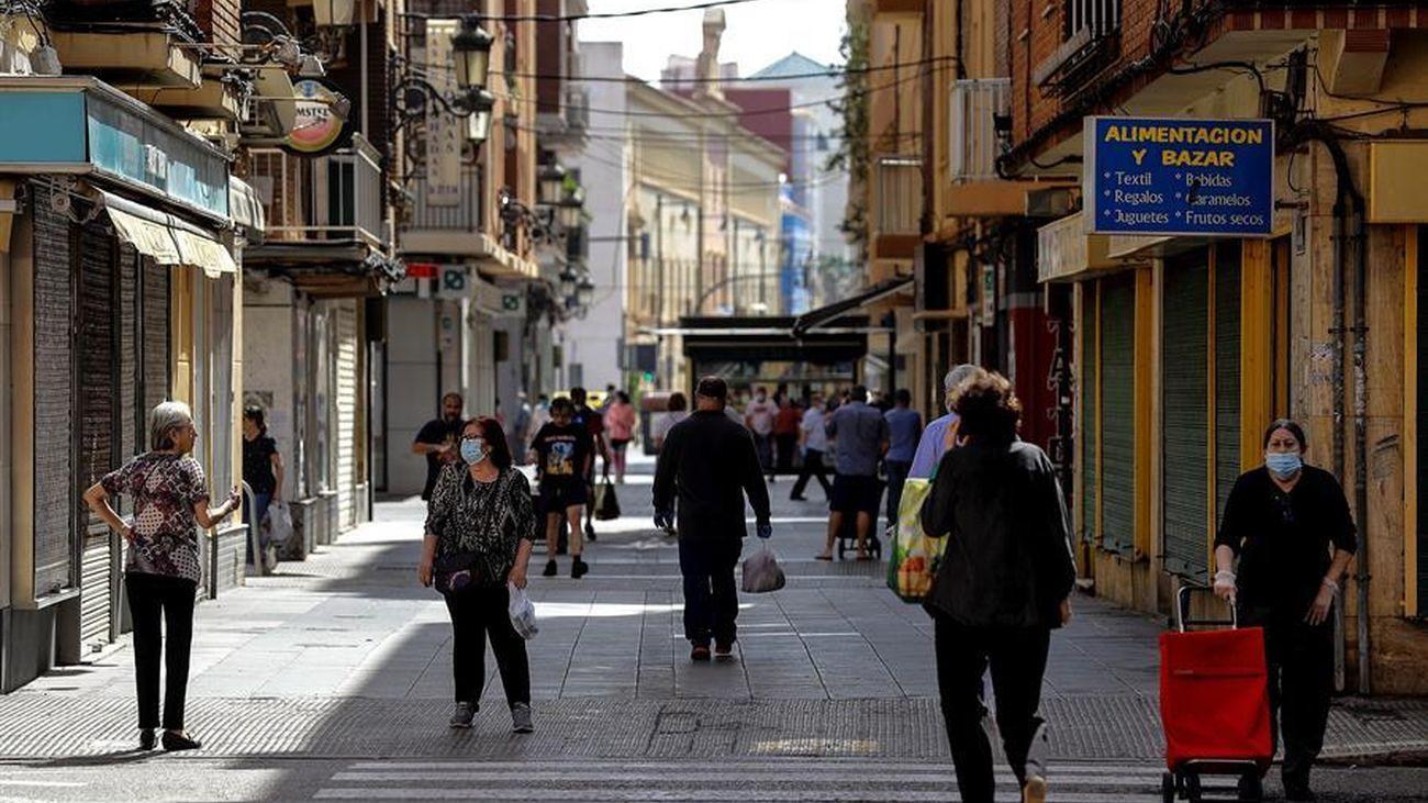 Varias personas pasean por el centro de Valencia