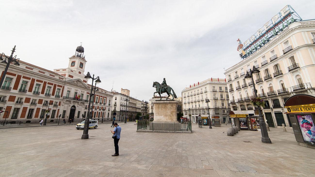 Ambiente de la Puerta del Sol de la capital durante el día 54 del estado de alarma en Madrid por la crisis del Covid-19
