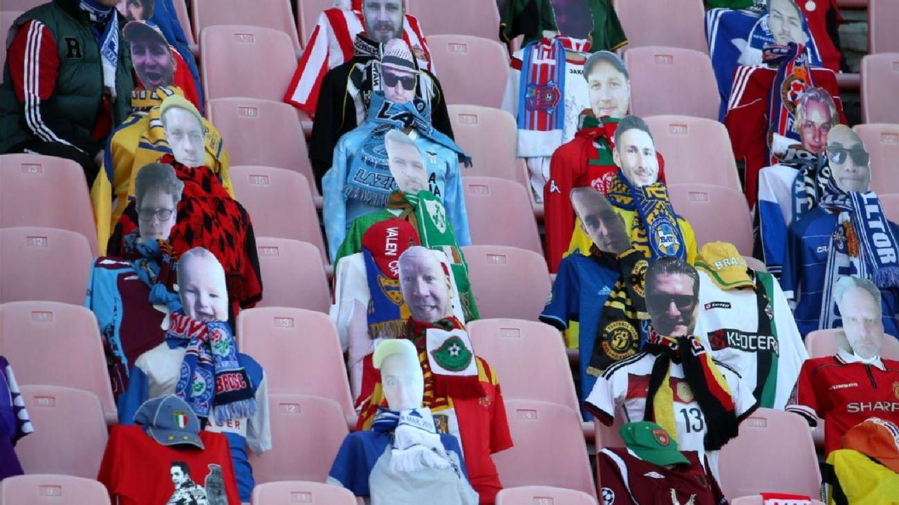 Maniquíes en un estadio