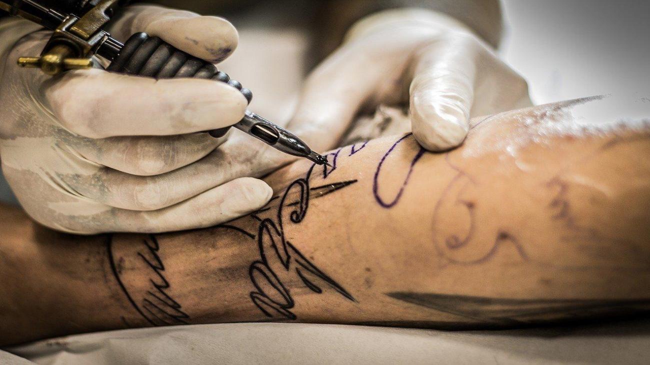 ¿Qué medidas de seguridad tienen los centros de tatuaje frente al coronavirus?