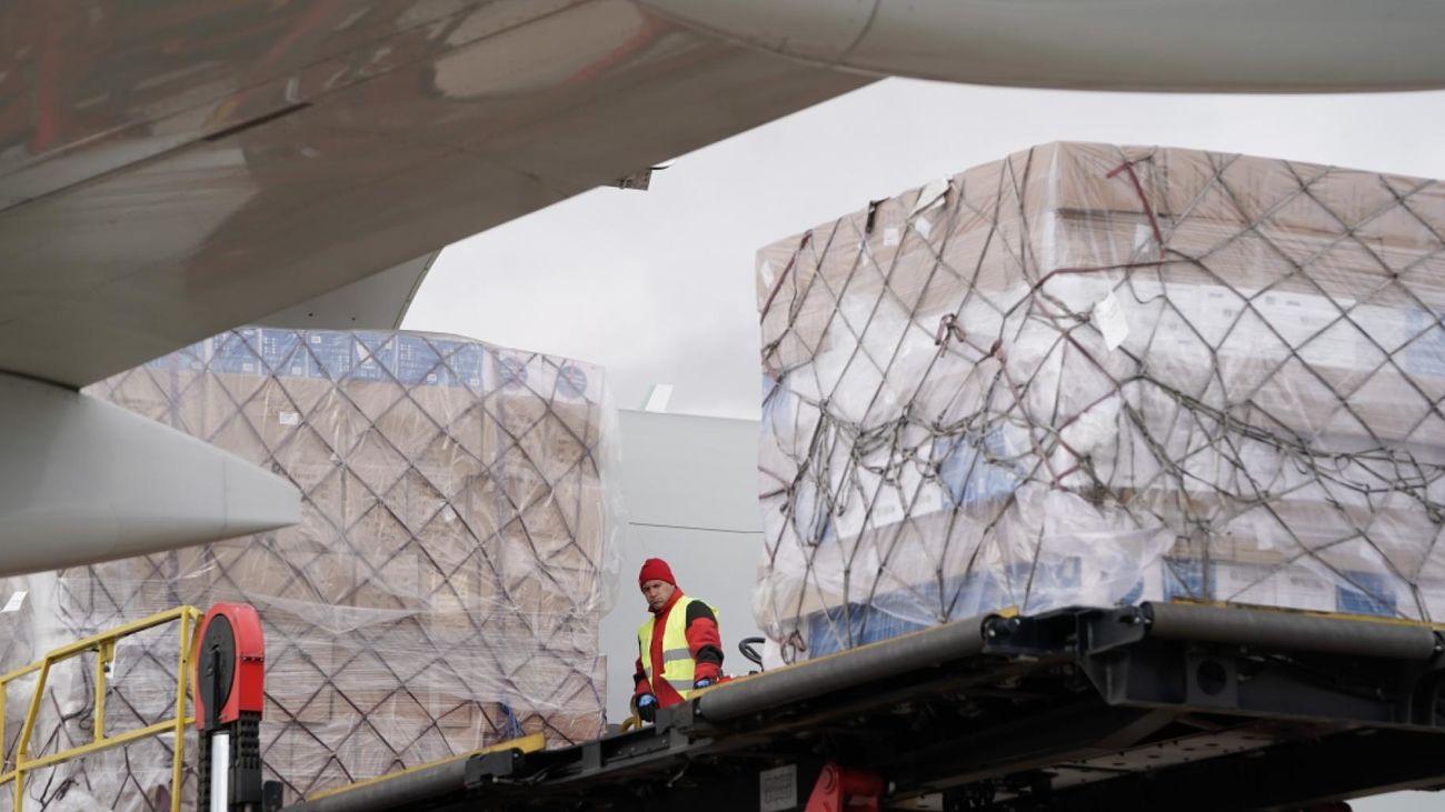 La Comunidad de Madrid recibe el tercer avión con material sanitario en 24 horas