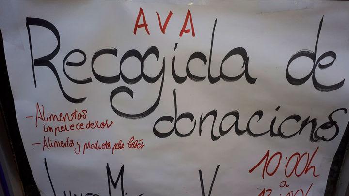 Cientos de personas hacen cola en Aluche para recoger una bolsa de comida solidaria