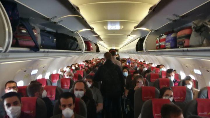 Sanidad reclama a las aerolíneas que mantengan un asiento entre pasajeros