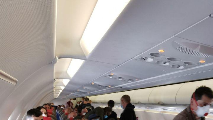 Indignación y polémica por un vuelo entre Madrid y Gran Canaria que no respeta las distancias de seguridad