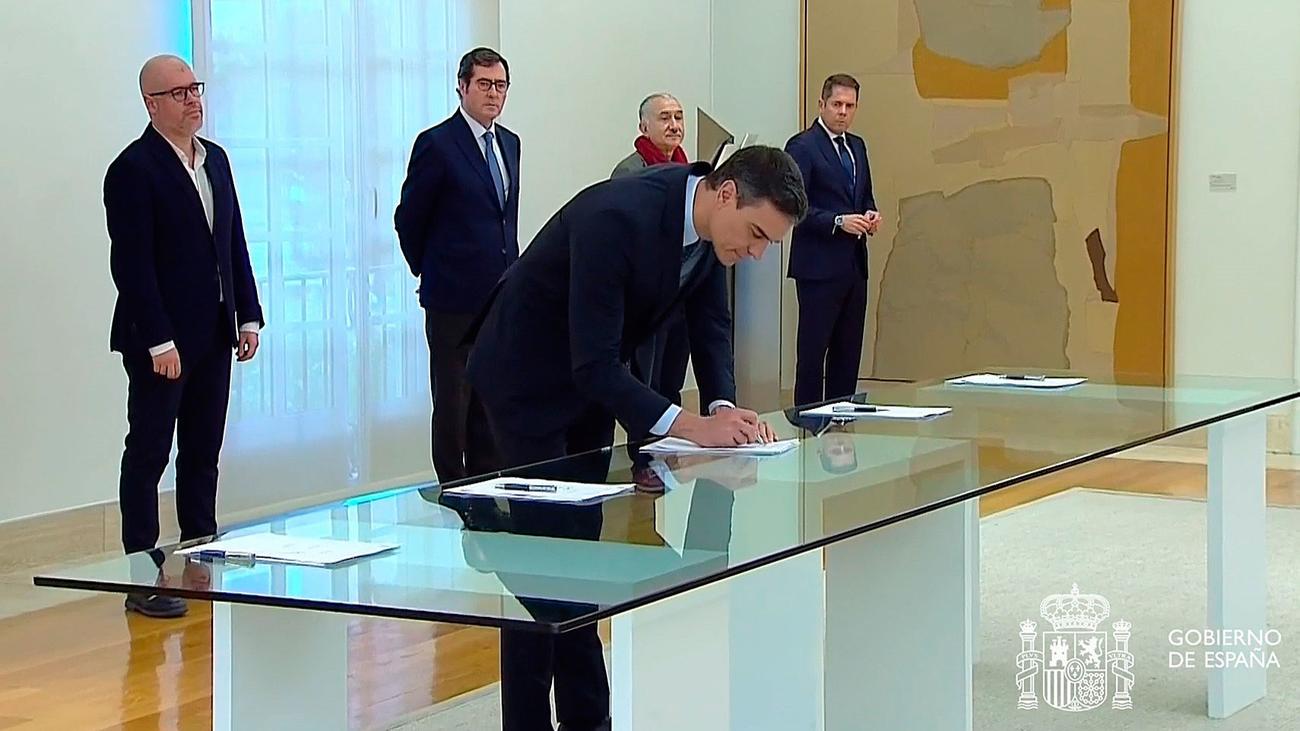 Gobierno, patronal y sindicatos firman el acuerdo para prolongar los ERTE