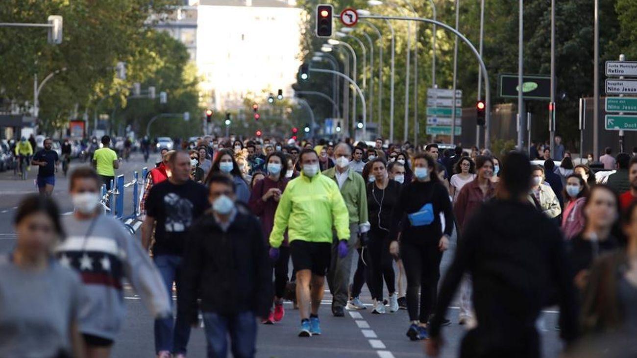 Multitud de personas pasean en Madrid