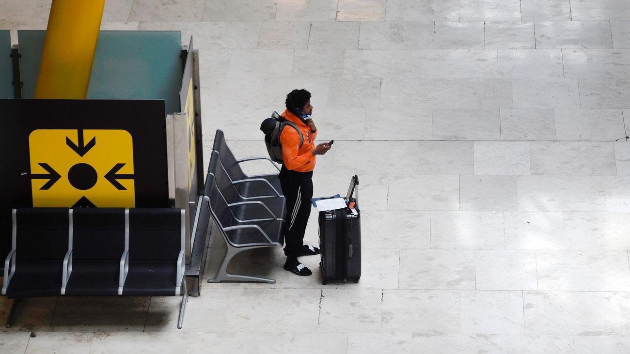 Un pasajero espera el embarque en el Aeropuerto de Madrid-Barajas