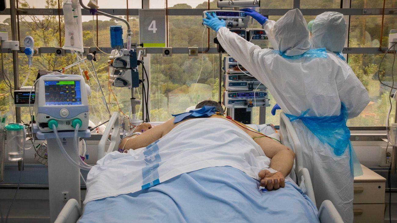 Sanitarios atienden a un paciente de covid-19