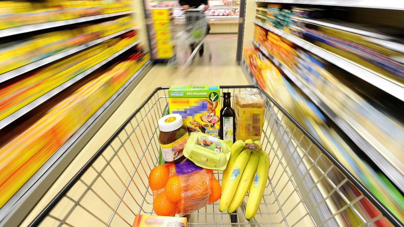 Un carro de la compra en un supermercado