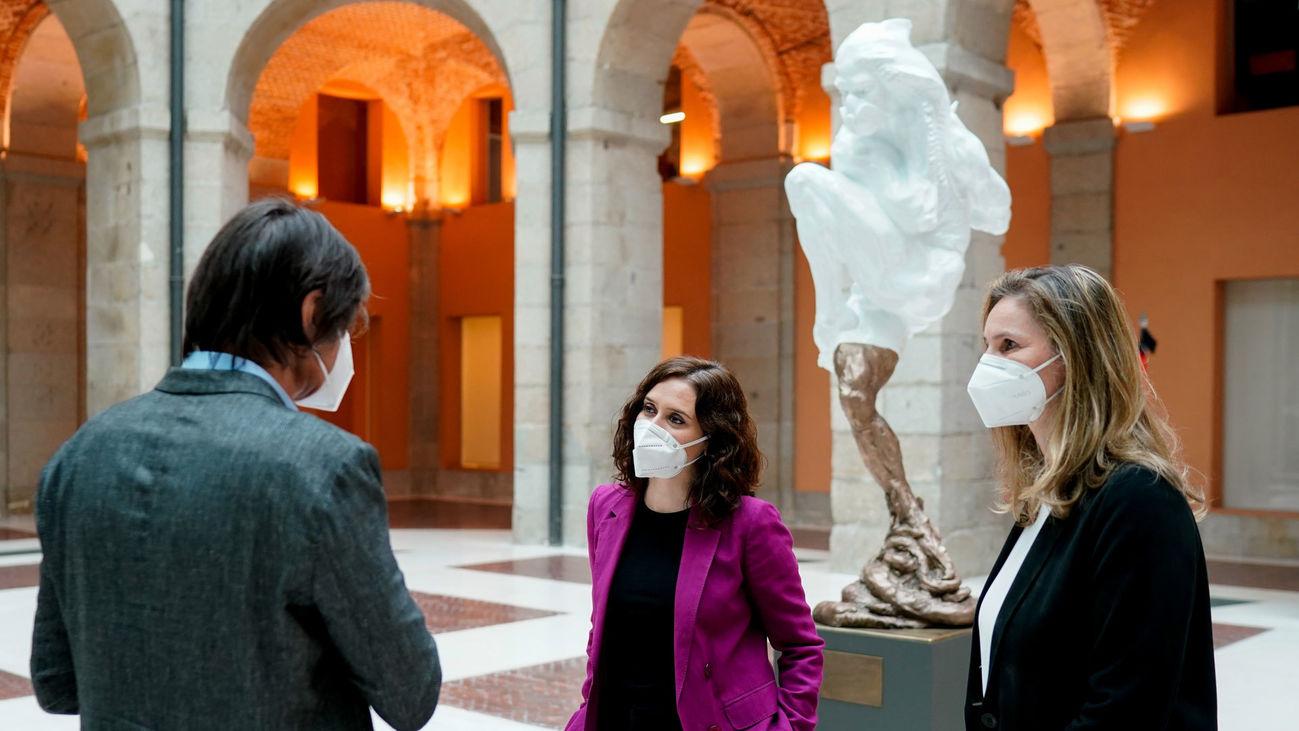 Isabel Díaz Ayuso recibe al escultor Víctor Ochoa, que ha hecho entrega al Gobierno regional de la donación de su obra titulada Héroes de Covid-19