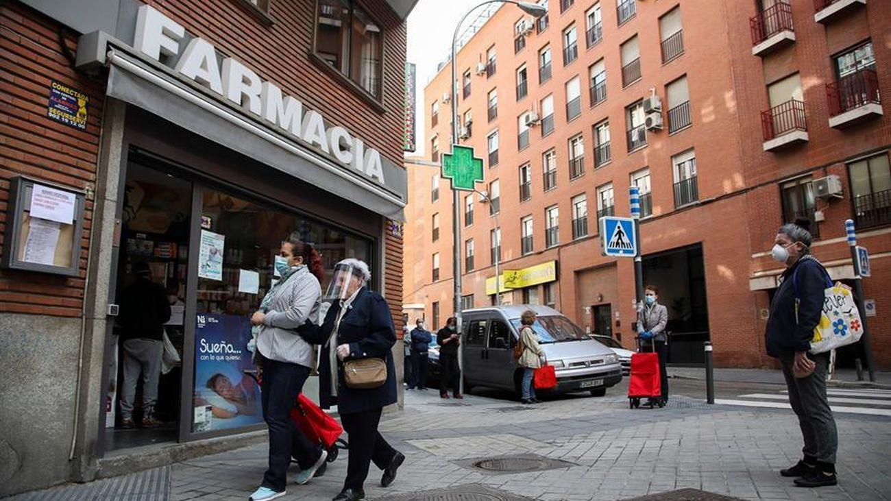 Varias personas ante una farmacia en Madrid