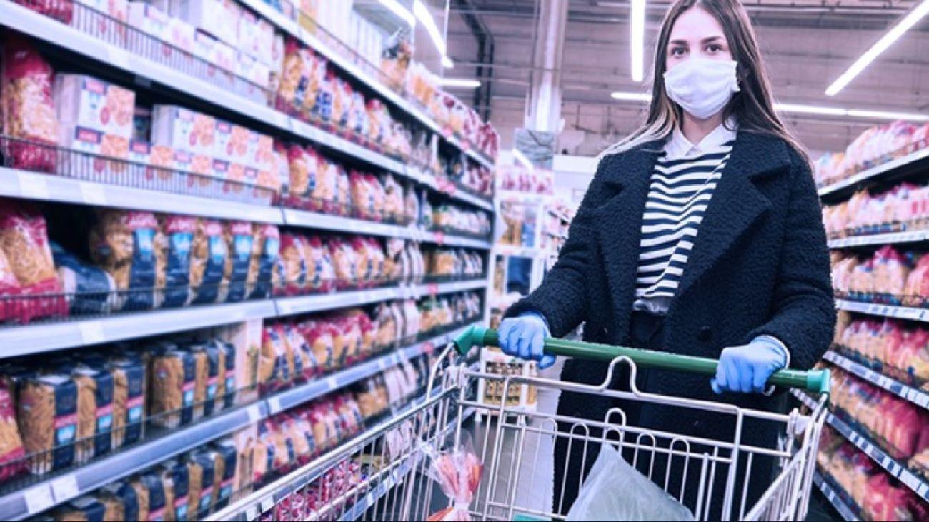 Una mujer realiza la compra en un supermercado