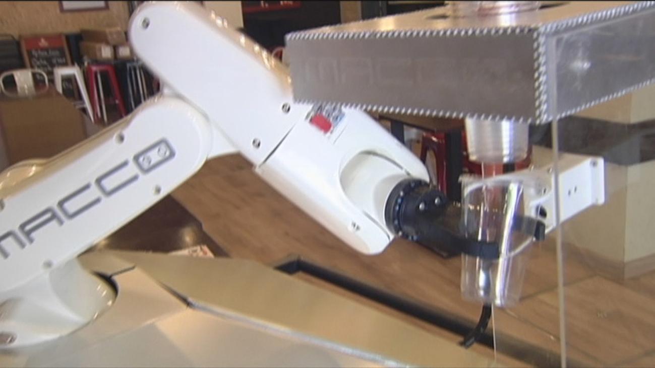 Macco, el robot camarero que triunfa en Sevilla