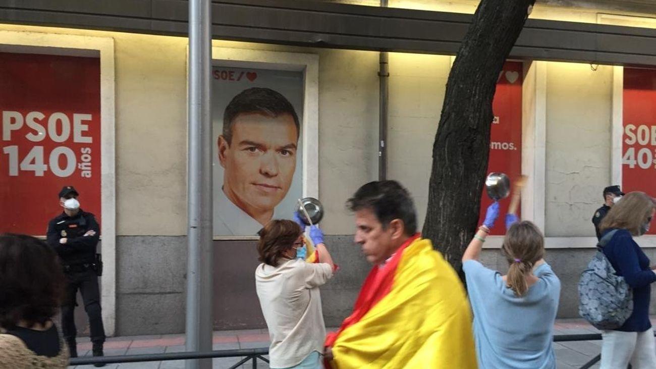 Nueva jornada de protestas frente a la sede del PSOE al grito de 'Sánchez dimisión'