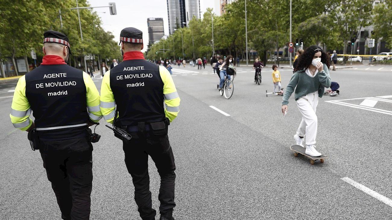 Dos agentes de movilidad vigilan la zona peatonal de la Castellana