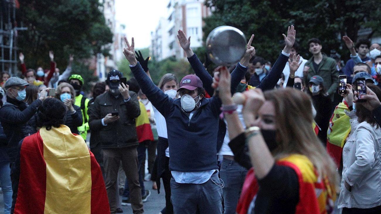 Vecinos del madrileño barrio de Salamanca participan en una protesta contra el Gobierno por su gestión en la crisis del coronavirus, este miércoles en Madrid.