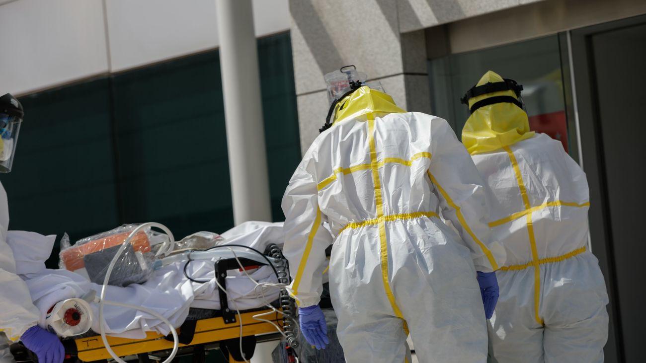 Dos sanitarios atendiendo a un paciente en un Hospital