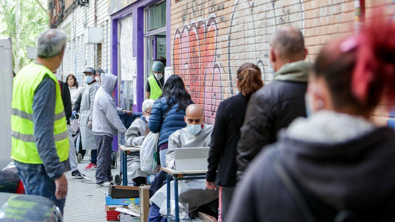 Vecinos de Aluche hacen largas colas para conseguir alimentos