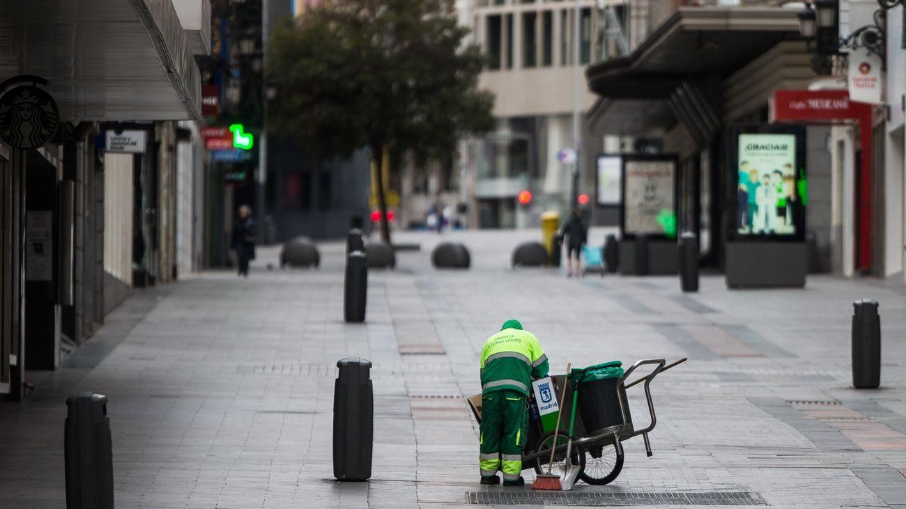Miembros del servicio de limpieza municipal en una calle de Madrid