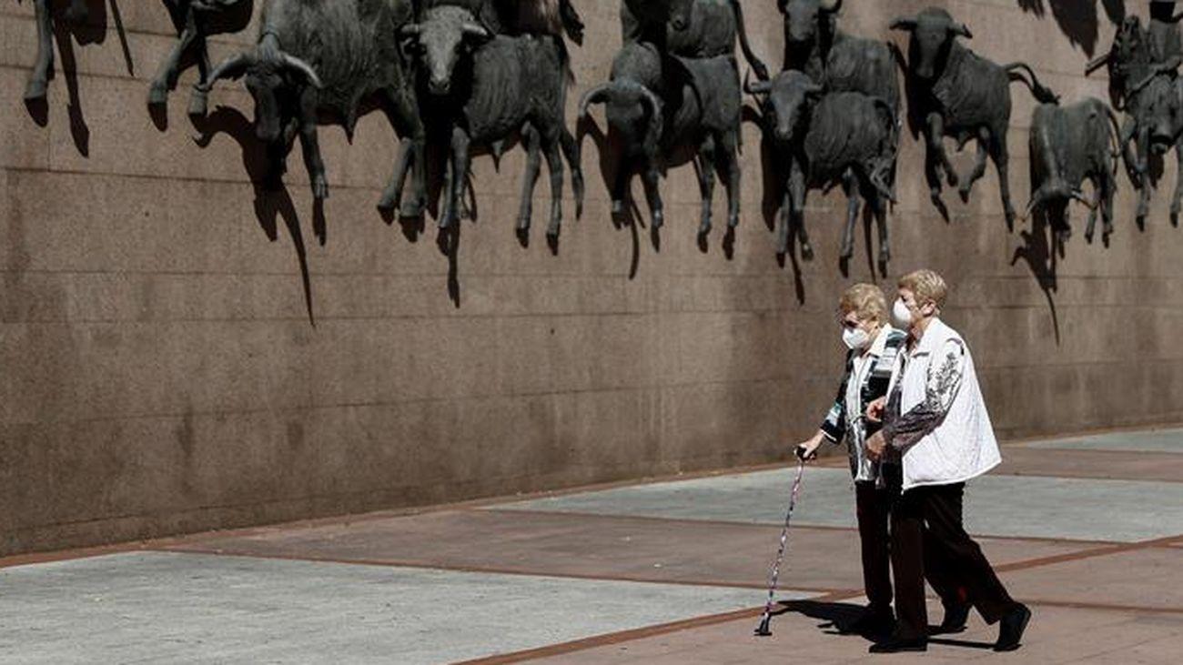 Dos mujeres pasean junto a la plaza de toros de Las Ventas