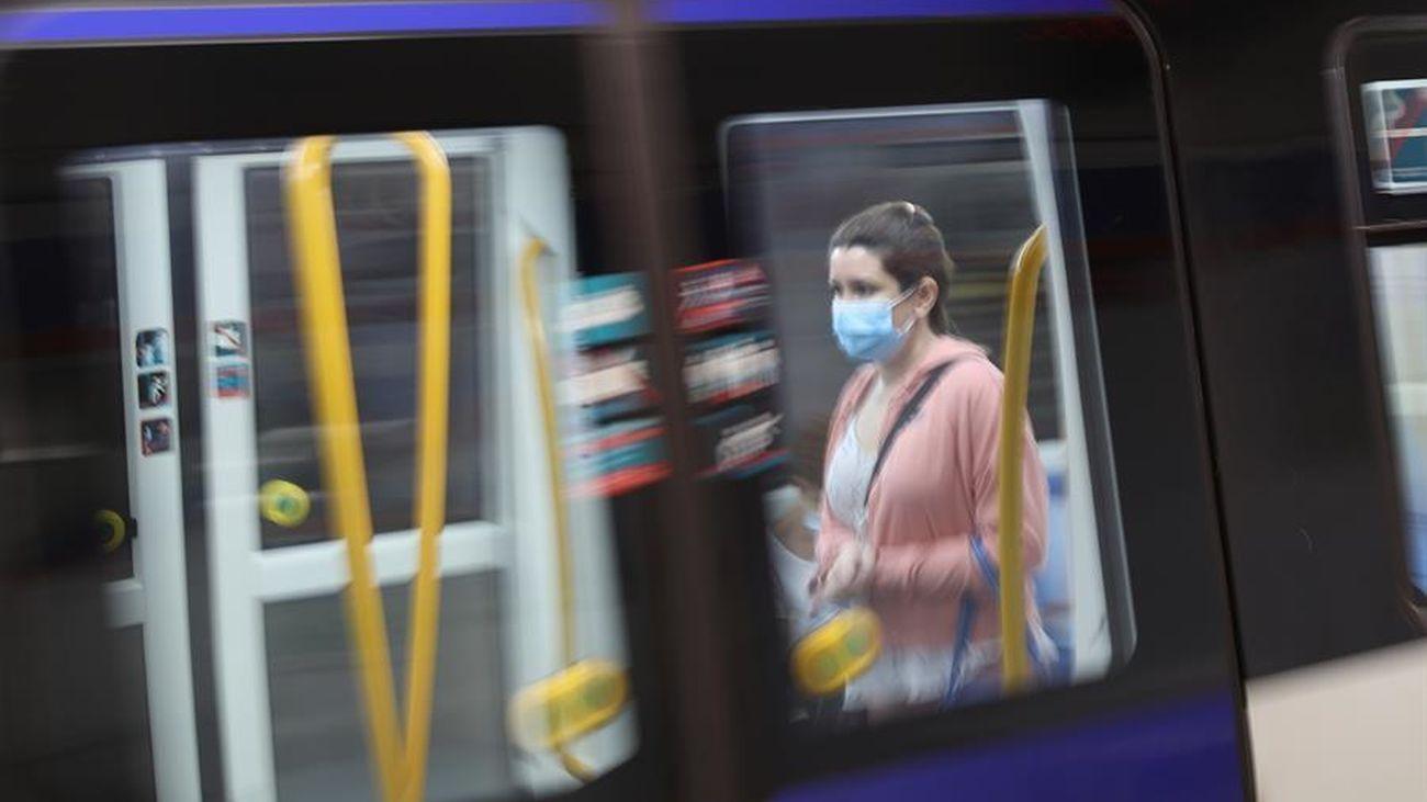 Una viajera en el metro de Madrid