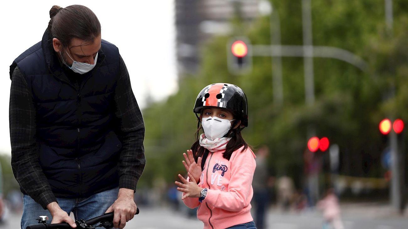 Una niña en su paseo diario en Madrid