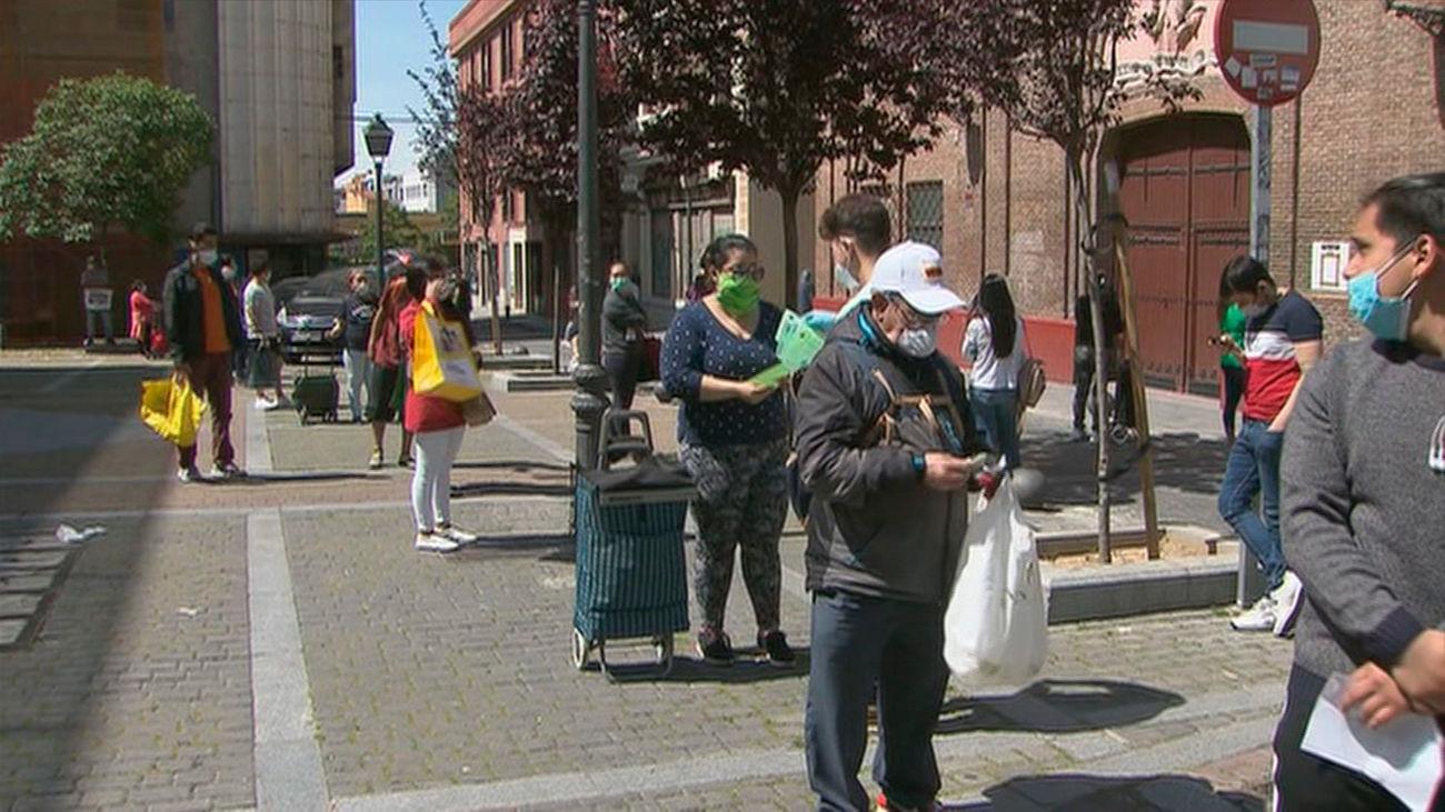 Cada vez más gente hace cola en Madrid para recibir ayuda en forma de comida