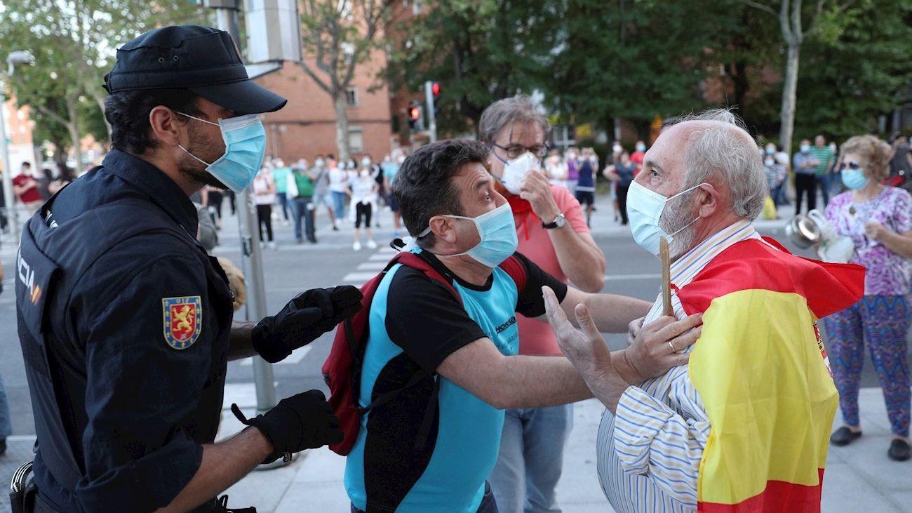 Conversación entre dos personas de bandos opuestos durante la manifestación de Moratalaz