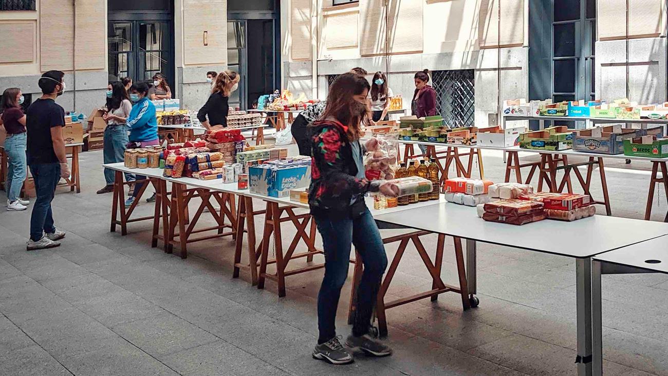 Voluntarios de Arganzuela organizan las cestas de comida para los más necesitados en La Casa Encendida