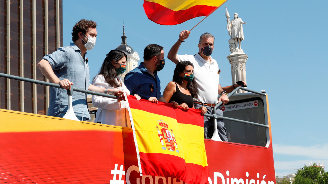 Miles de personas convocadas por Vox  marchan en coche en Madrid contra el Gobierno