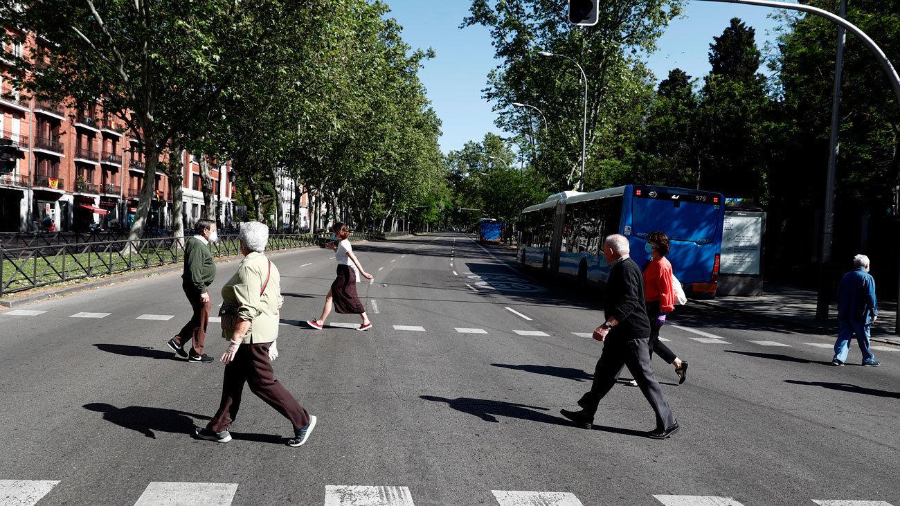 Gente en el Paseo de la Castellana en Madrid