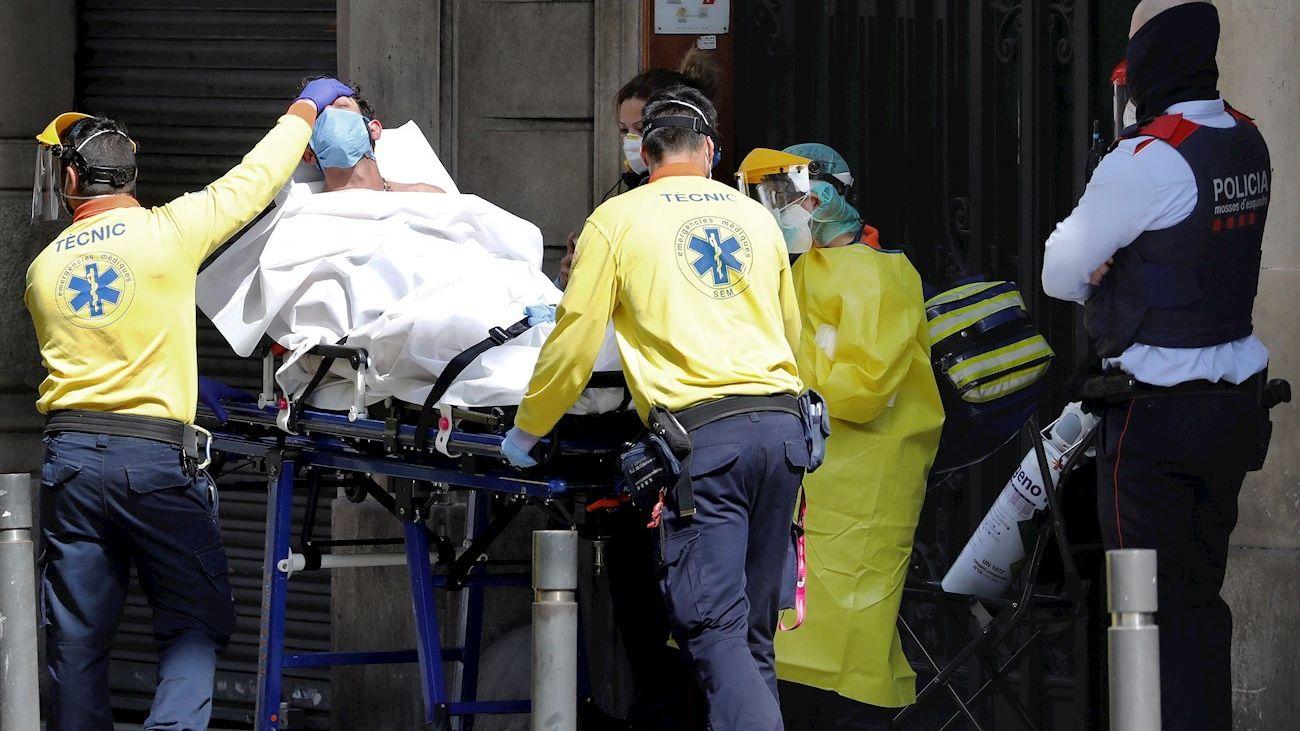 Un hombre es trasladado a un hospital con síntomas de covid-19
