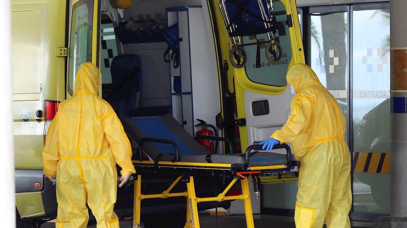 Enfermeros en una ambulancia ante un hospital