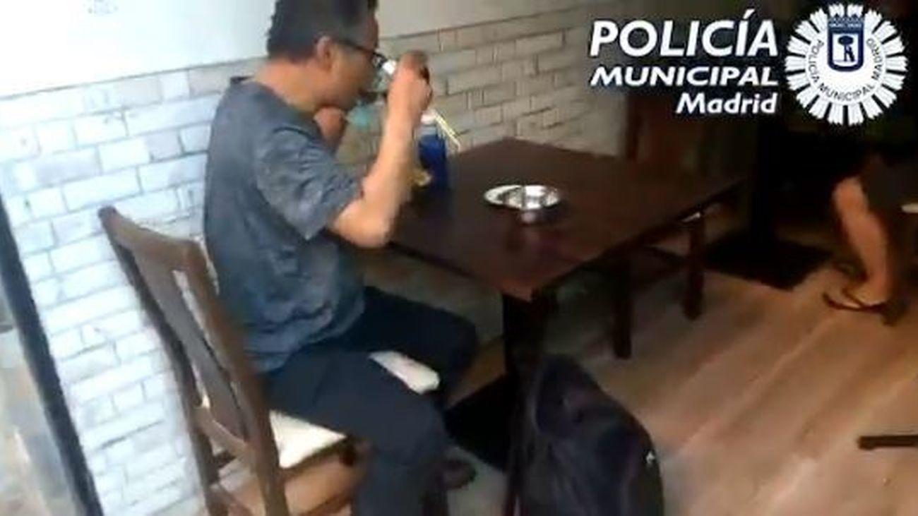 Cliente en una mesa de un restaurante de Usera