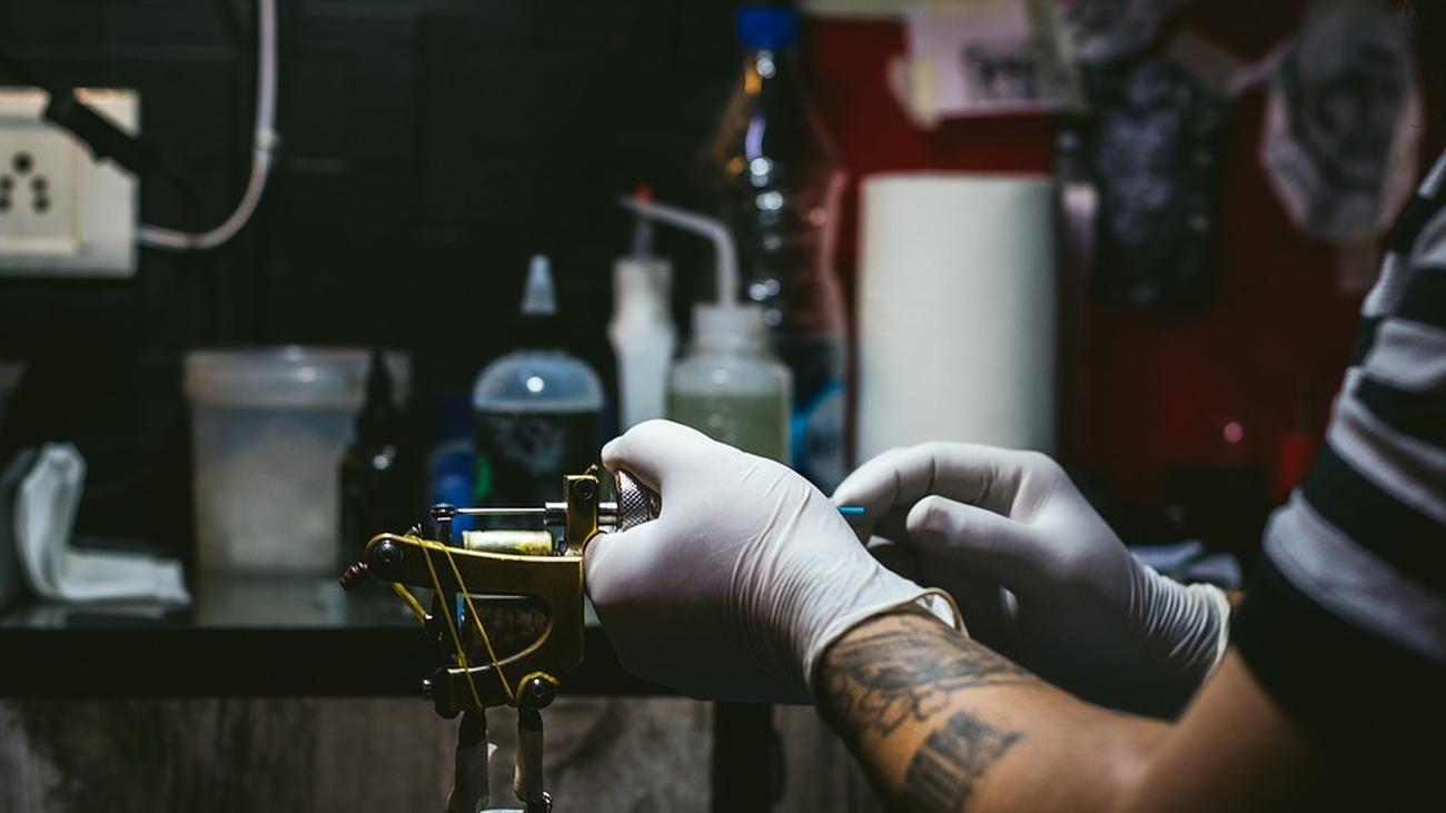 Los estudios de tatuaje reabren con grandes medidas de higiene