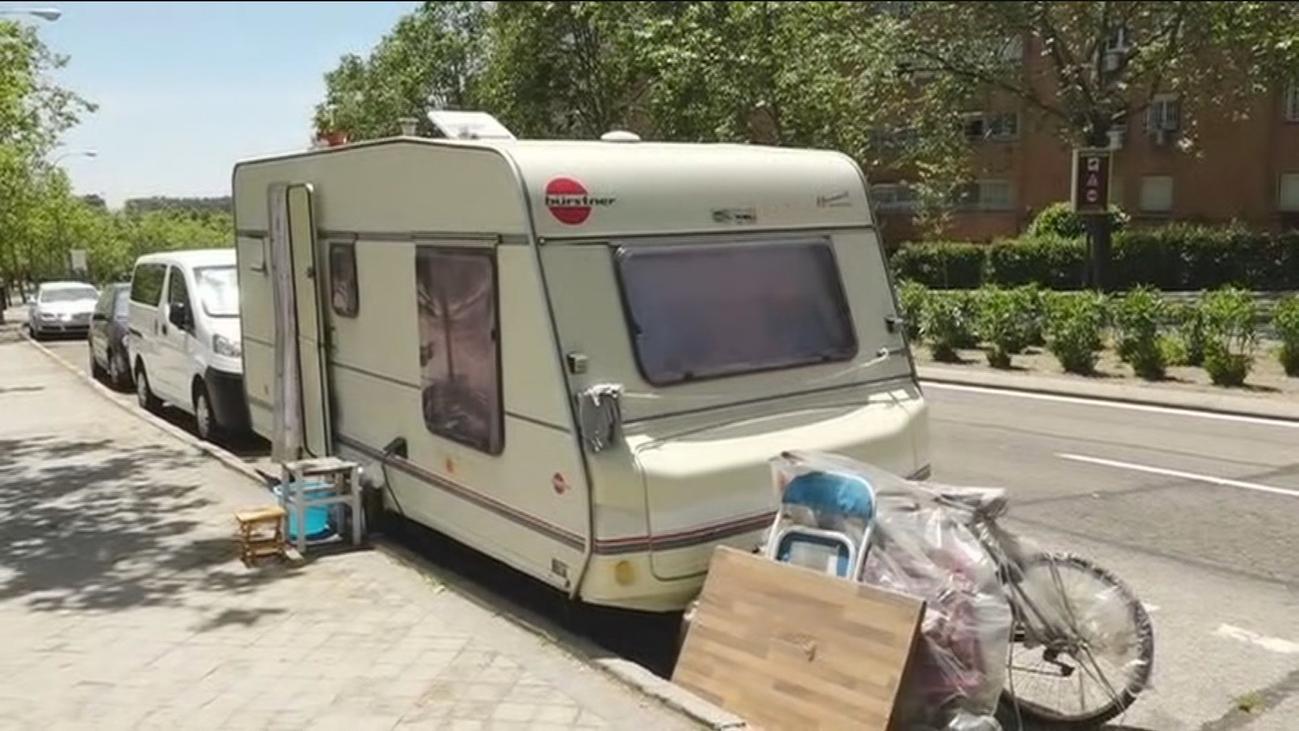 Así viven en una caravana tras quedarse sin casa en Vallecas