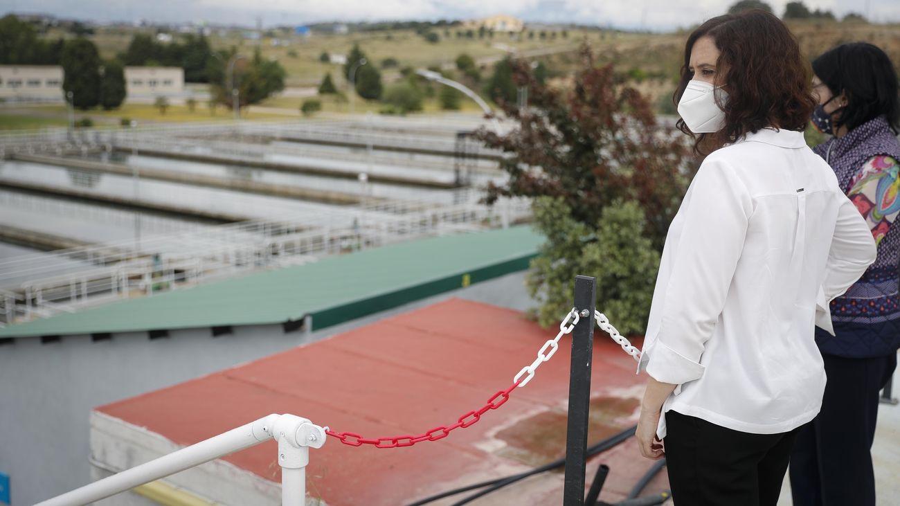 La presidenta de la Comunidad de Madrid durante una visita a Colmenar Viejo