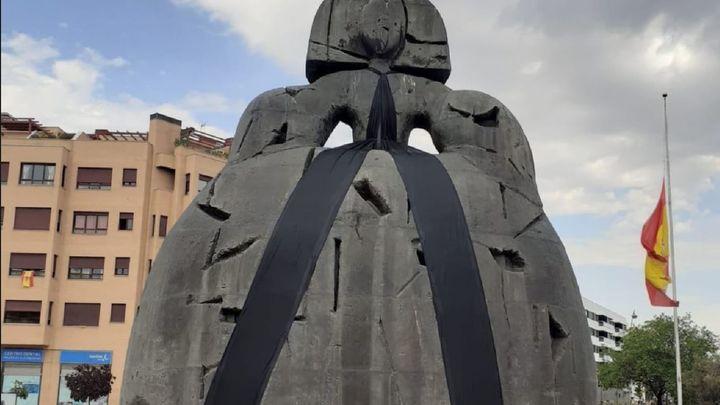 Alcobendas pone a La Menina un lazo negro en homenaje a las víctimas